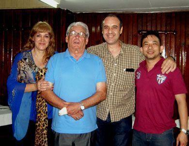 Con Carlos Nogueira, director de CEMETC (segundo por la izquierda), con Gloria (su esposa) y con Cassiano Mitsuo (derecha). Cassiano Mitsuo es compañero e introductor en Brasil de la escuela de acupuntura CEMECTC así como de los sistemas del profesor Zhang Guangde.