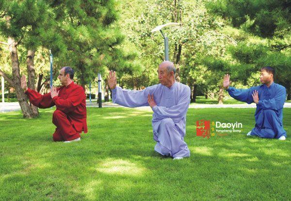 Los profesores Zhang Guangde, Zhang Jian y Miguel Martín practicando en los jardines de la Universidad de Deportes de Beijing.