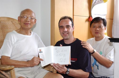 En 2004 recibo en Shanghai, de manos del Dr. Zhuang, los permisos para fundar en España la Escuela Oficial Española de Lian Gong Shi Ba Fa®.