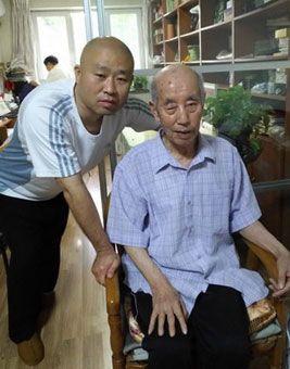 El profesor Zhang Jian posa con su tío en su casa de Beijing. Año 2019.