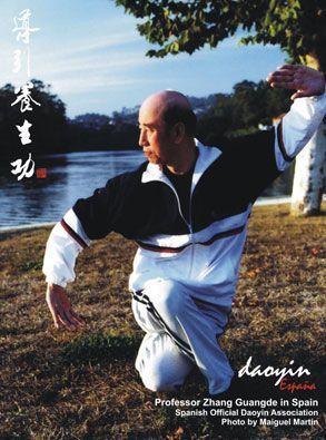 Zhang Guangde (ataviado con su chandall favorito de su escuela en España), practicando Daoyin Yangsheng Gong frente al río Lérez en Pontevedra. Año 2003.