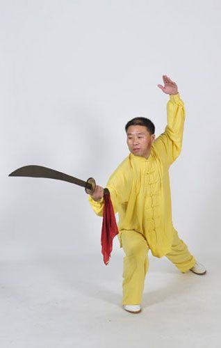 El profesor Zhang Jian, primer sucesor mundial de la familia del profesor Zhang Guangde, practicando Yangsheng Taiji Dao del grupo Yangsheng Taiji con sable.